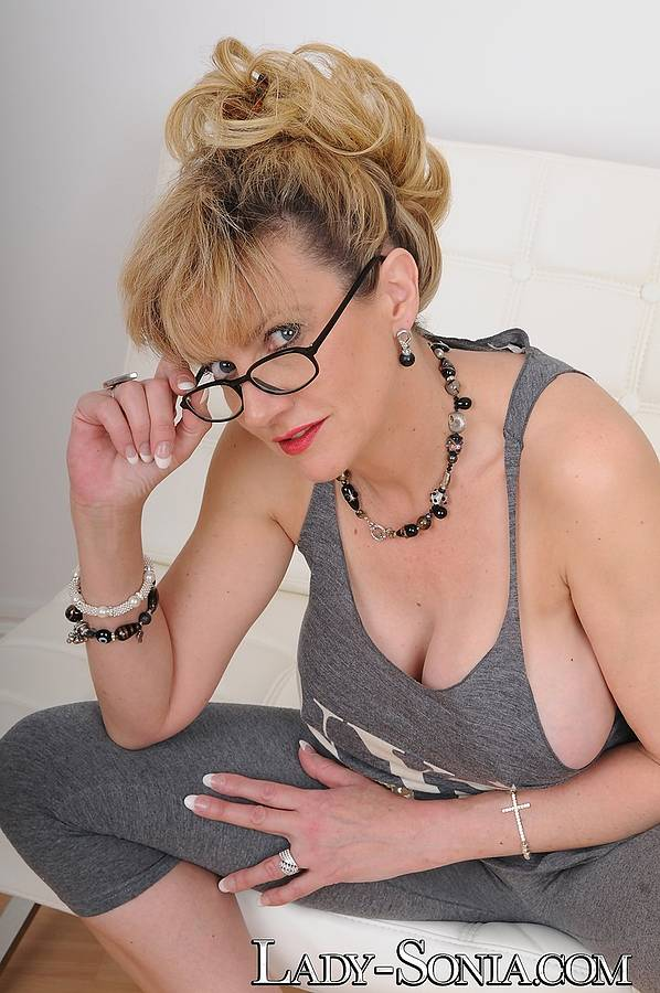 British Milf Lara Latex