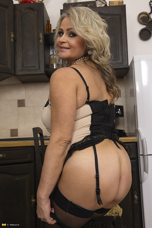 Mature milf plays with herself