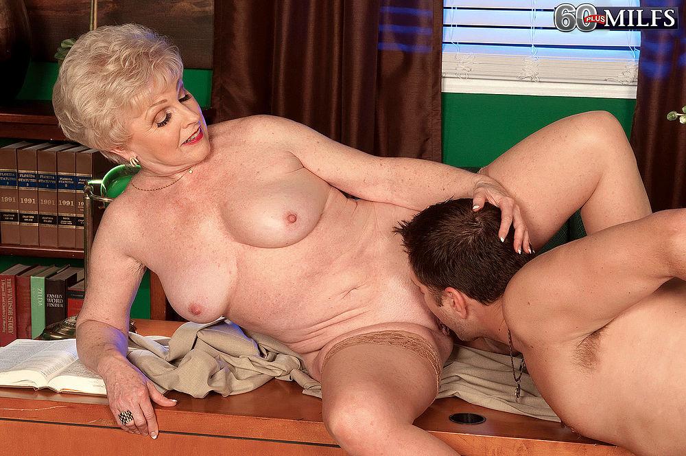 порно лизать зрелой маме