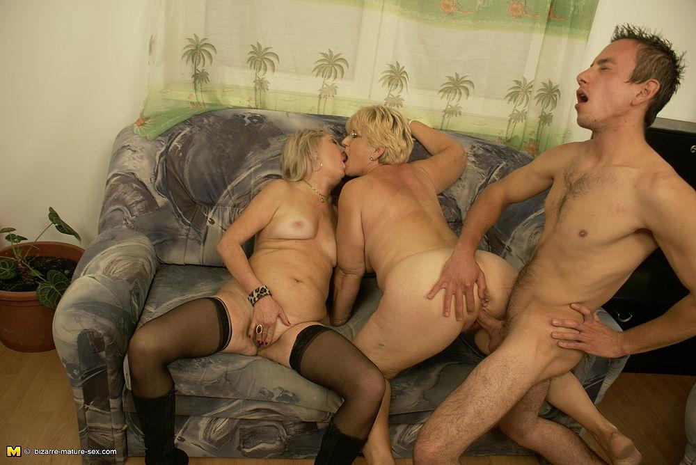 Молодая и зрелая лесби в черных чулках с поясом секс пару