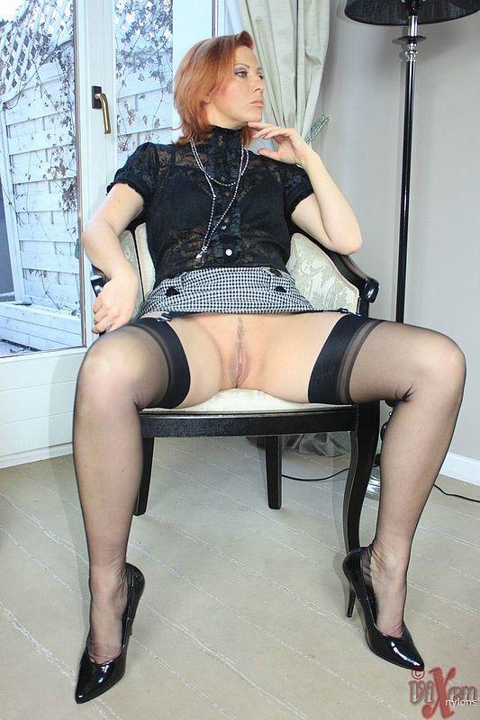 порно фото в чулках под юбкой