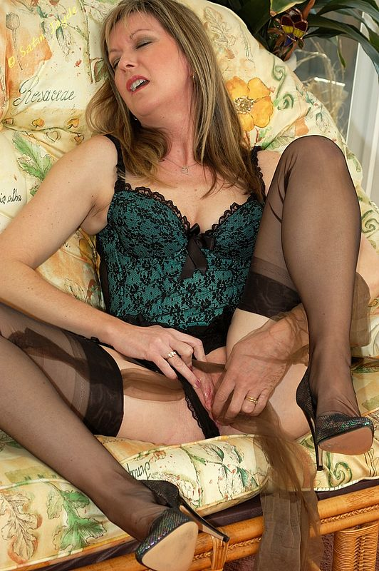 Sexy older housewife loves to fuck her wet pussy for you 8